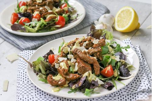 Gemengde groene salade met caesardressing